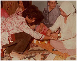 Taufiq getting a sacred thread (ganda bandhan) tied by his guru and father Ustad Allarakha